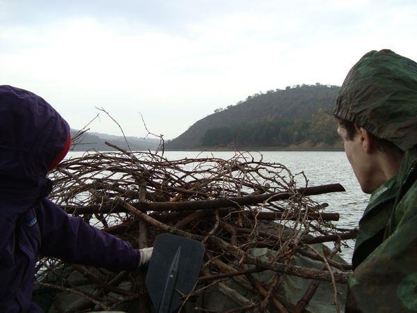 Част от материалите бяха пренесени по вода до остров на язовир Студен кладенец.