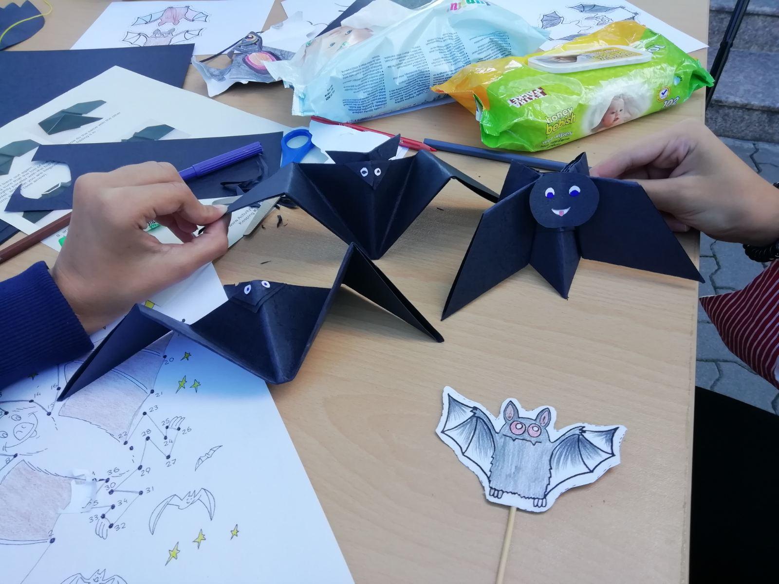 Ето и една малка колония прилепи, които децата сами направиха